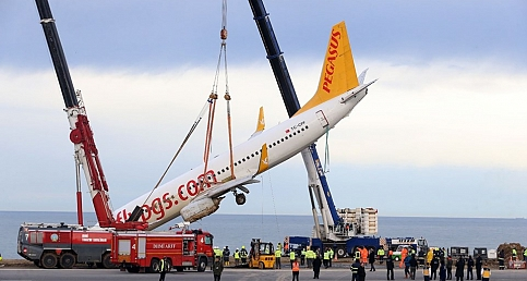 Pistten çıkan uçak işte böyle kurtarıldı