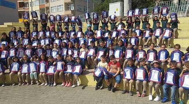 """500 Öğrenciye """"2010-2011 şampiyonu Trabzonspor """" Çantası Yolladı"""