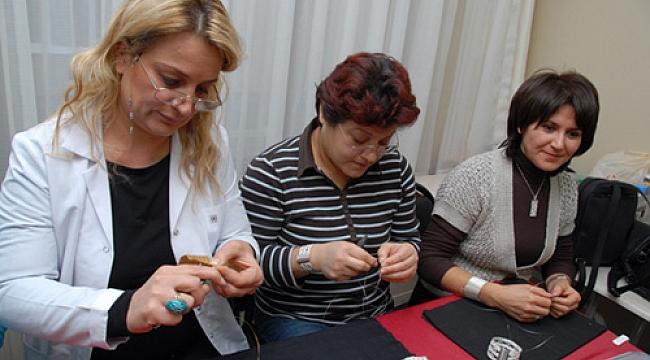 Kadınlar Altın Telleri Takılara Dönüştürüyor
