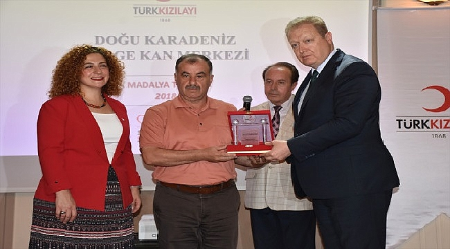 Trabzon'da düzenli kan bağışçıları ödüllendirildi