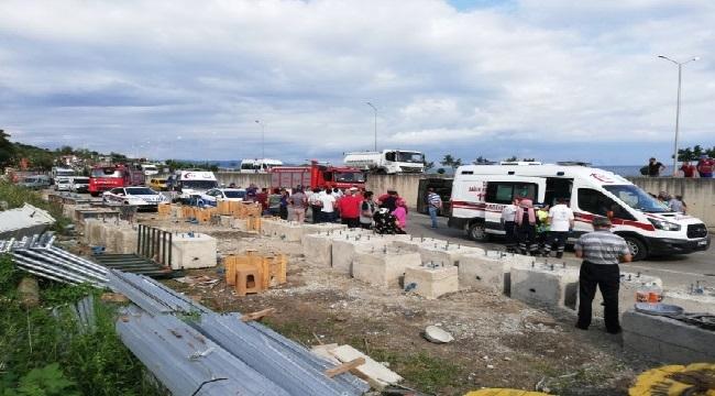 Trabzon'da kamyondan kayan direk halk otobüsünün içine girdi