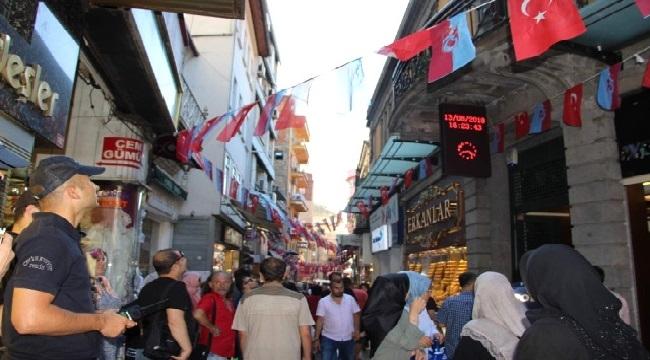 Trabzon'da tarihi binadan başına taş düşen kadın yaralandı