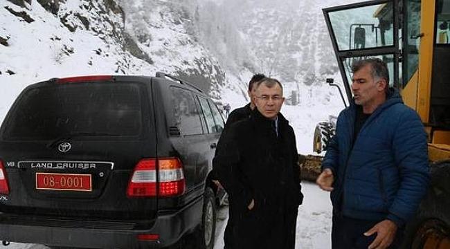 Kardan kapanan yol iş makinesiyle açıldı, Vali öğretmenlere ulaştı