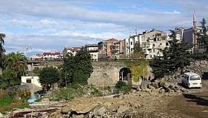 Tarihi köprü yıkılmayla yüz yüze