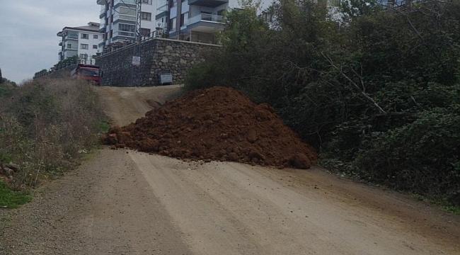 Trabzon'da 80 konuta giden yolu kapattılar