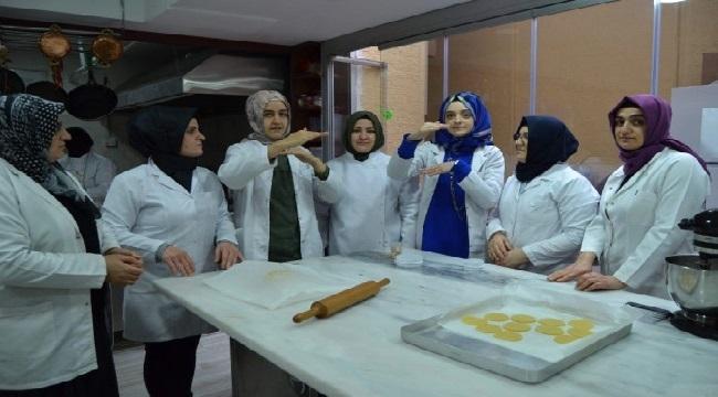 Pasta yapmayı işaret diliyle öğreniyorlar