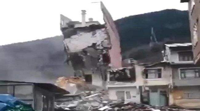Trabzon Çaykara'da bina kepçenin üzerine yıkıldı