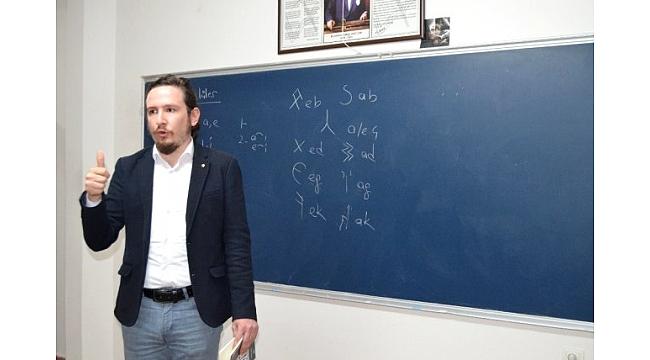 Türklerin İlk Kullandıkları Alfabeyi Öğreniyorlar