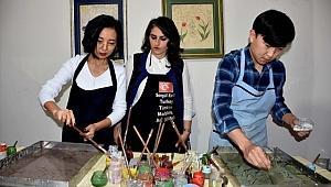 Yabancı öğrenciler Trabzon'da ebru öğreniyor
