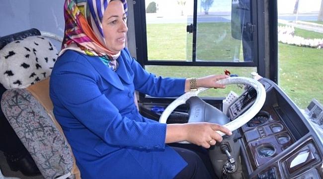 Seçim otobüsünü kendi kullanan kadın başkan adayı
