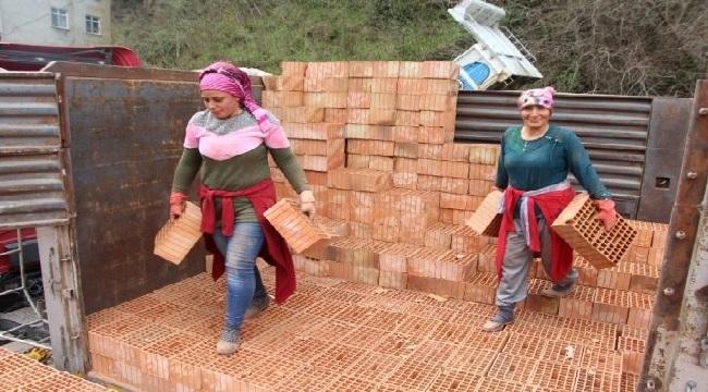 Trabzon'da tuğla taşıyan kadınlar işlerini severek yapıyorlar