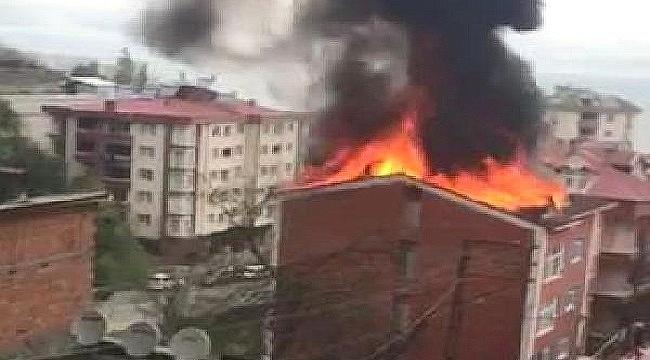 Akçaabat'ta 4 katlı binanın çatısında korkutan yangın