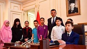 İBB Başkanı İmamoğlu, koltuğunu ortaokul öğrencisine devretti