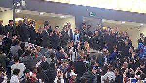İBB Başkanlığı koltuğuna oturan İmamoğlu, basketbol maçında