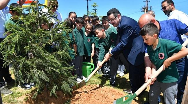 Başkan Genç ağaç dikti