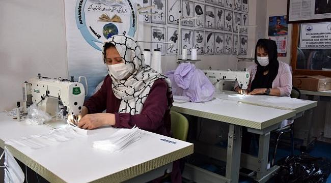 Afgan göçmenler Trabzon'da maske üretiyor