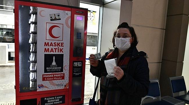 İzmir'de Belediye aylardır bedava maske dağıtıyor