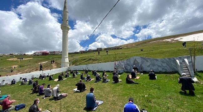 Kadırga'da üstü açık camide cuma namazı