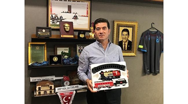 CHP'li vekil Ulaştırma Bakanı'na tren hediye etti