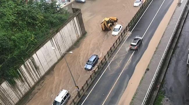 Rize'de sağanak yağış nedeniyle karayolu trafiğe kapandı