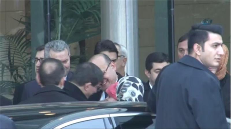 Davutoğlu Yalçın Akdoğan'ın bebeğini sevdi