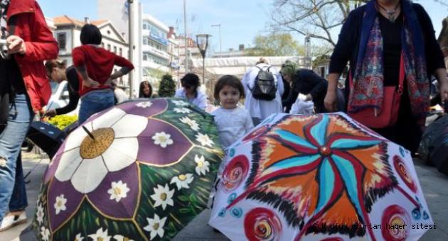 Kadın Sanatçılar Dünya Barışı İçin Şemsiye Boyadı