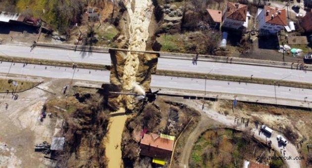 Karabük'te sel, yol ikiye ayrıldı