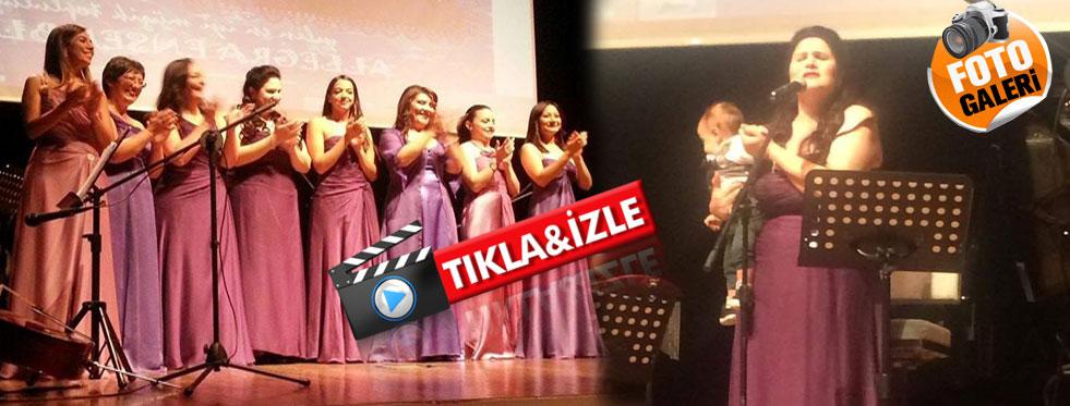 KTÜ'de sahnede bebeğiyle şarkı söyledi...