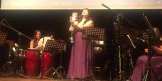 Mavi Nota Ödül Töreni Bebeğiyle Sahnede Türkü Söyledi